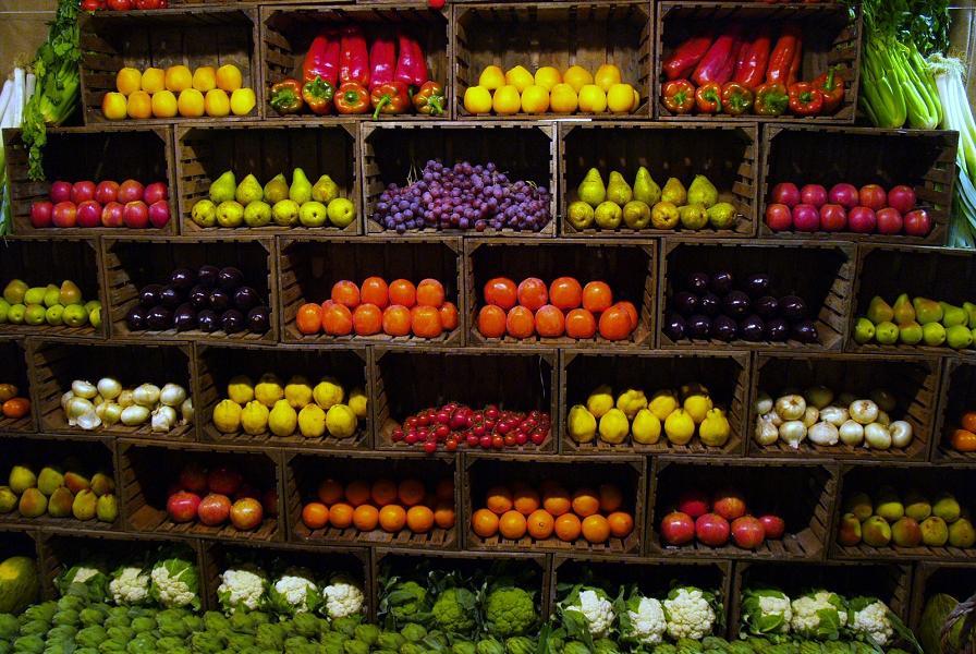 Pesticidi e additivi, come viene realmente trattata la frutta e la verdura che mangiamo ogni giorno?